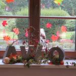 Bunte Herbstdekoration im Altenpflegeheim