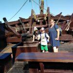 Kinder und Erzieherin auf einem alten Boot