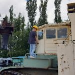 Kind mit Helm auf Maschine im Tagebau Hagenwerda