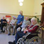 Bewohner des Altenpflegeheims singen gemeinsam