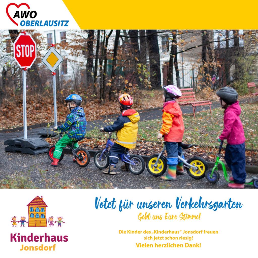 Vier Kinder mit Laufrädern